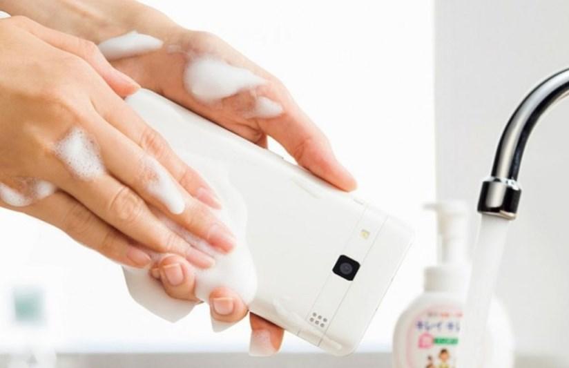 أول هاتف ينظف بالصابون